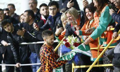 Norveçli taraftarlar Linnes'e çiçek verdi