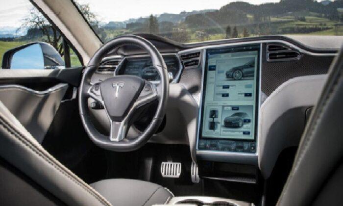 Tesla, araç içinde unutulan çocukları tespit edebilecek