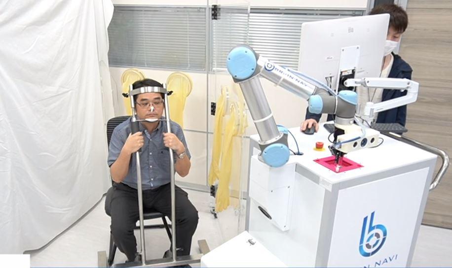 İnsandan 10 dakika daha hızlı koronavirüs testi yapan robot