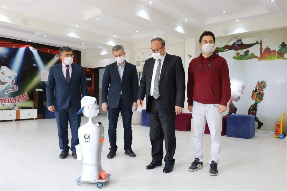 Adıyaman'da maske ve sosyal mesafe robotu yapıldı