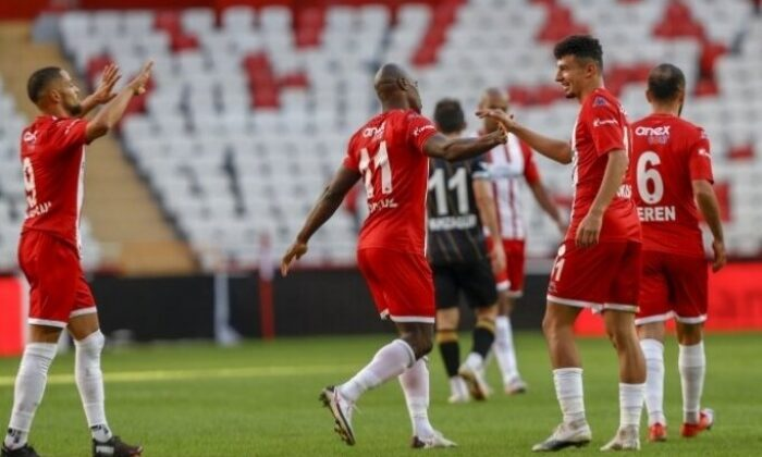 Antalyaspor'un genç futbolcusu Gökdeniz Bayrakdar'ın hayali gol krallığı