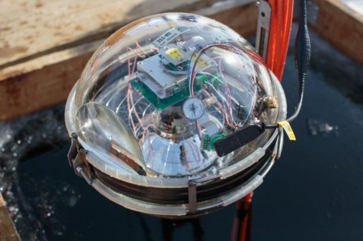 Bilim insanları, su altı teleskobunu Baykal Gölü'ne batırdı