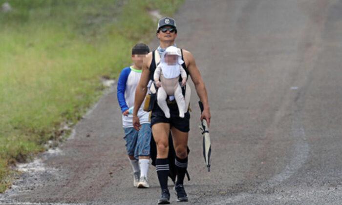 Orlando Bloom çocuklarıyla gezide: Şapkayı bebeğin yüzüne indirdi